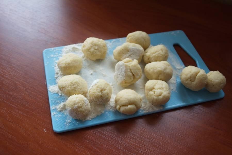 Кладем тесто в пакет и помещаем в морозилку на 1 час. Из полученного теста формируем небольшие шарики. Приплюсните каждый шарик (стаканом, формочкой или другим предметом) для получения ровного плоского круга. После выпечки рисунок на печенье исчезнет, поэтому не надо особо стараться в этом плане.