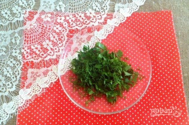 Зелень промойте и мелко нарубите.