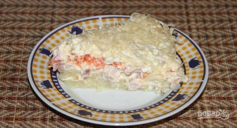 Сверху украсьте салат натёртым сыром. Лучше дать салату настояться 1-2 часа в холодильнике. Приятного аппетита!
