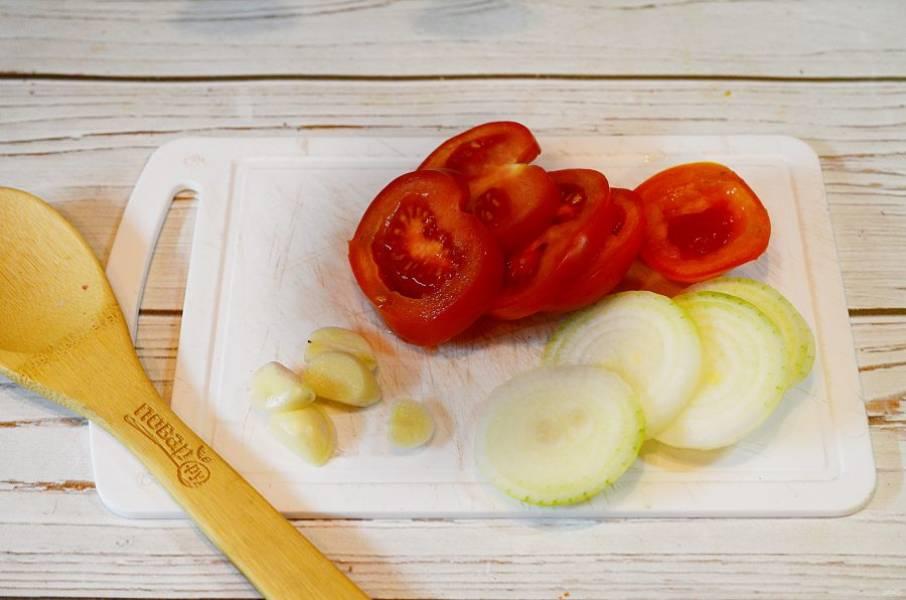 1. Лук и помидоры нарежьте кольцами, чеснок пластинками.