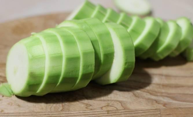 1. Овощи моем и обсушиваем. Нарезаем помидоры дольками, снимая шкурку. Если кабачок старый, шкурку тоже можно очистить. Кабачок режем кружочками.