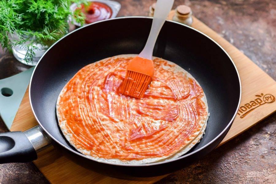 Смажьте лаваш томатным соусом или кетчупом.