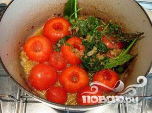 Положить половины помидор в кастрюлю разрезанной стороной вниз, накрыть крышкой и жарить в течение 2 минут.