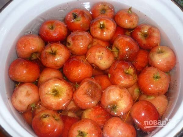 3. Доведите до кипения воду (в кастрюле). Выложите туда яблоки, проварите их на среднем огне минут 5. После сразу откиньте на дуршлаг и остудите под холодной водой, чтобы остановить процесс варки.