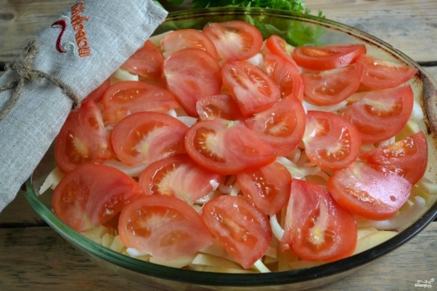 Луковицу порежьте полукольцами, так же порежьте и помидор. Сначала выложите на картофель лук, а затем — помидор.