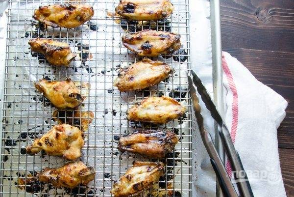 Затем вытащите из духовки, переверните и смажьте ещё раз маринадом. Отправьте запекаться на 8-10 минут.