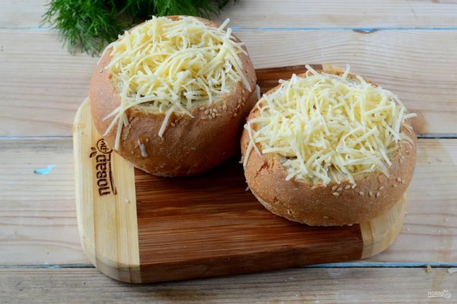 Сверху обильно присыпьте тертым сыром. Во время запекания сыр расплавится, образуя красивую золотистую шапочку.