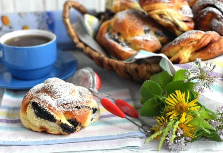 Остывшие булочки присыпьте сахарной пудрой и подавайте к чаю.