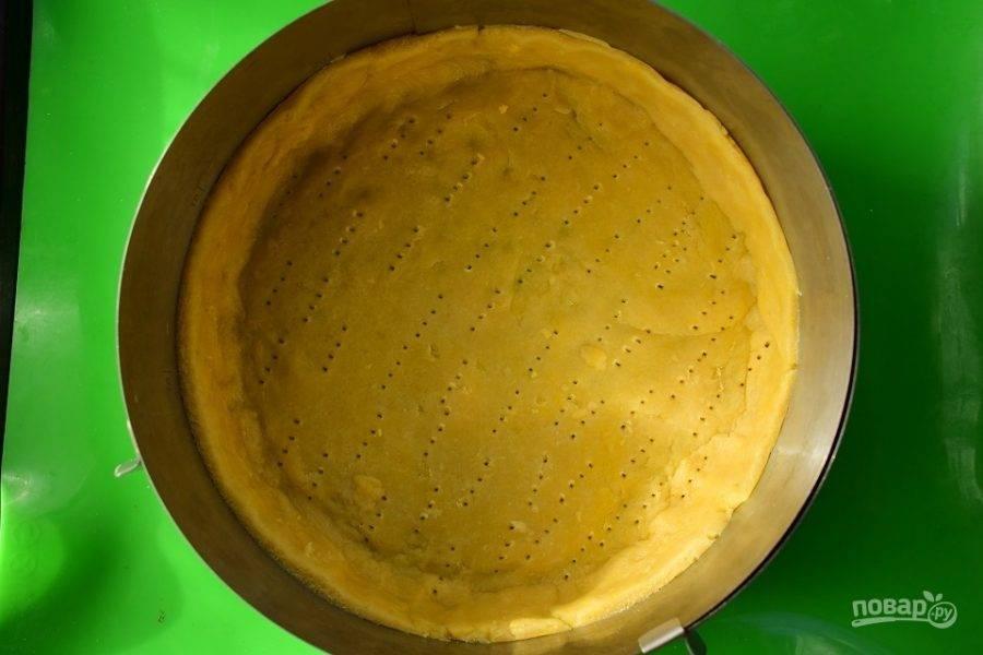 Распределите в форме для запекания (d - 24 cм), формируя высокий бортик, наколите вилкой. Поставьте запекаться в разогретую до 200 °С духовку на 20 минут.