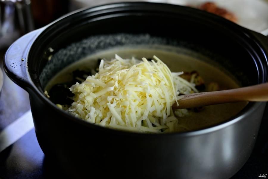 Шаг 10. Потрите любой твердый сыр (пармезан, российский, чеддер), вам понадобится около 100 граммов. Перемешайте.