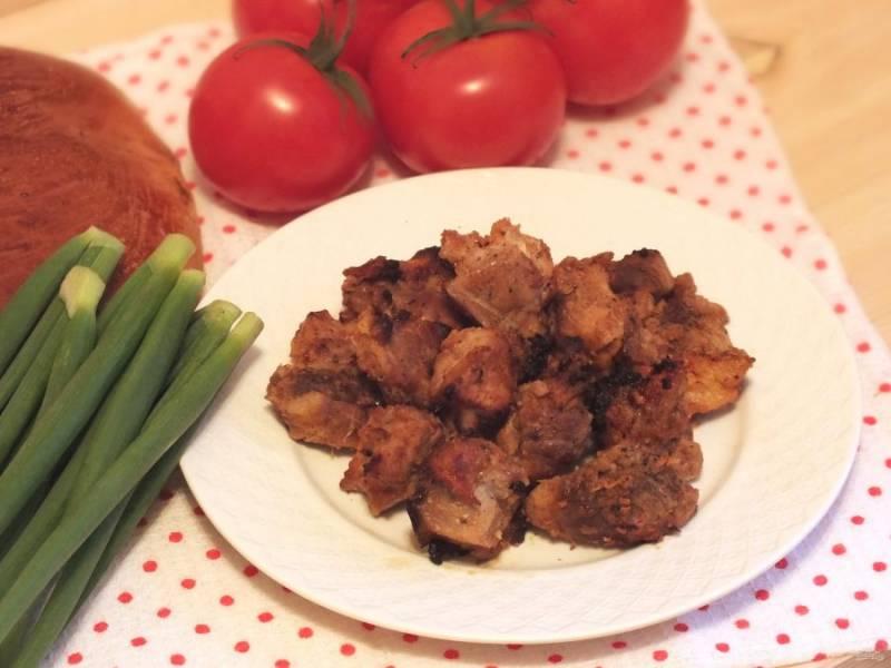 Подавайте шашлык с помидорами, луком и свежим хлебом. Приятного аппетита!