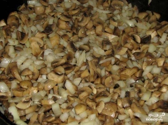 Готовую свинину переложите в тарелку. В сковороду вылейте остаток подсолнечного масла и выложите порезанные грибы. Жарьте до тех пор, пока вода не выварится и грибы не уменьшатся вдвое. После этого добавьте к грибам мелко нашинкованный лук.