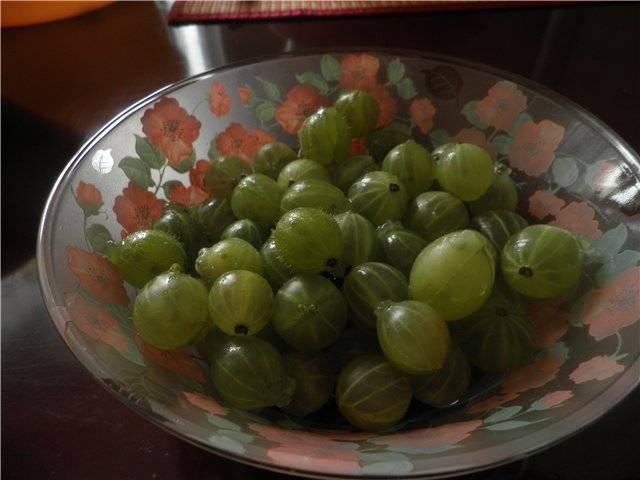 2. Срезаем хвостики и делаем на каждой ягоде поперечный надрез.