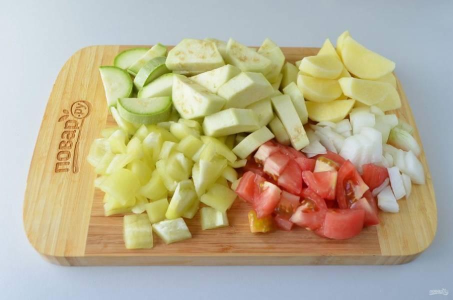 3. Через 2 часа подготовьте овощи, все вымойте, очистите и порежьте крупно, с помидора и баклажана снимите кожуру. Чеснок и зелень пока не нужны.