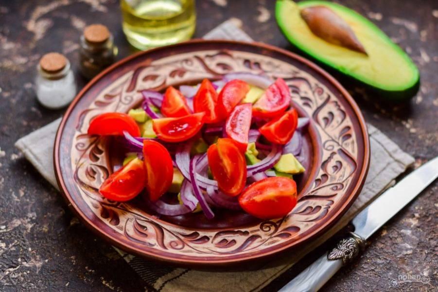 Помидоры сполосните и нарежьте дольками, добавьте в салат.