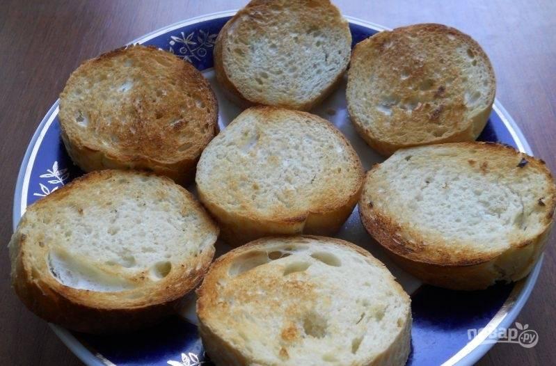 Затем обжарьте кусочки на сухой сковороде до золотистой корочки с обеих сторон.