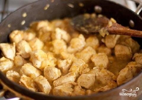 3.Добавить в лук имбирь и замаринованные кусочки мяса. Жарить, пока курица не станет матовой. Влить стакан воды. Томаты размять вместе с соком и положить в курицу. Тушить на слабом огне 10 минут. Влить сливки, досолить, прогреть в течение минуты и выключить огонь.