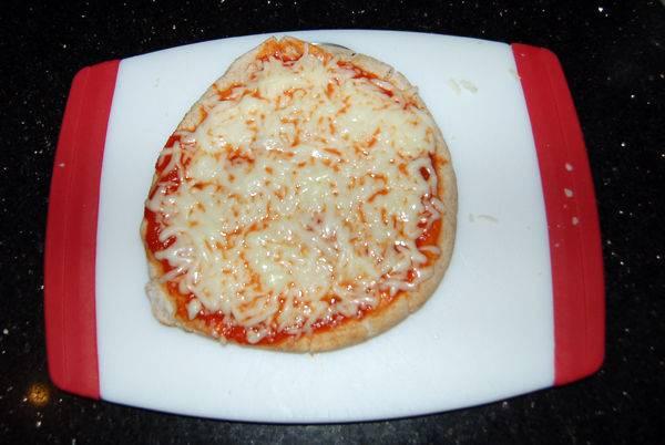 Запечь в микроволновке пока не расплавится сыр, от выбора программы зависит и время.