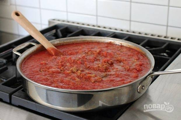 Добавьте в сковороду томаты. Огонь уменьшите и тушите все в течение 30 минут. В конце в соус можно добавить свежий базилик.