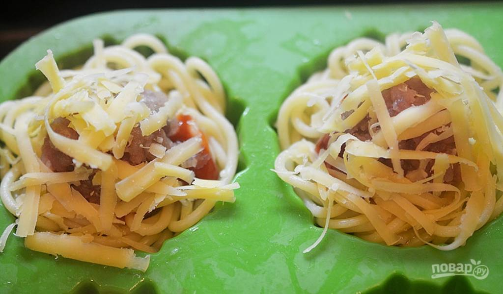 5. Посыпьте тертым сыром. Запекайте в разогретой до 180 градусов духовке около 40 минут.