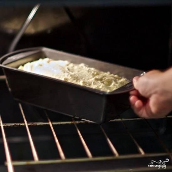 Ставим в духовку, разогретую до 190 градусов, и выпекаем в течение 15 минут, после чего снижаем температуру до 175 градусов и выпекаем еще 45 минут.