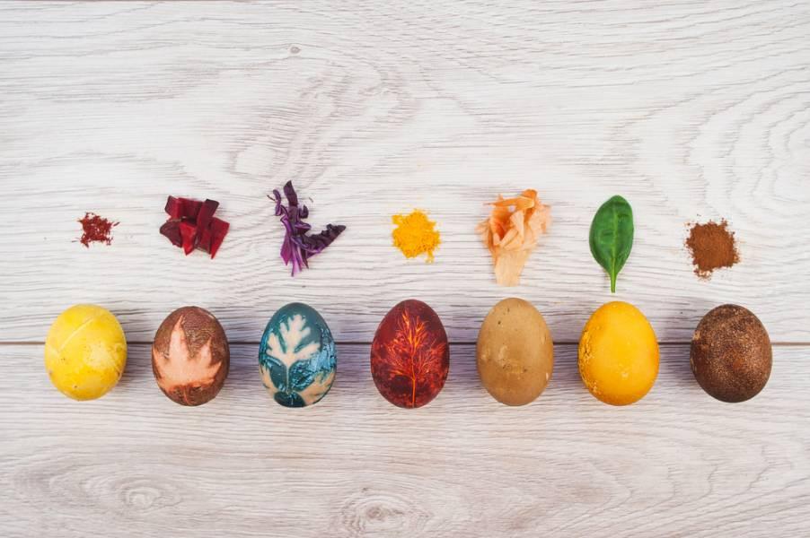 7 лучших способов красить яйца на Пасху