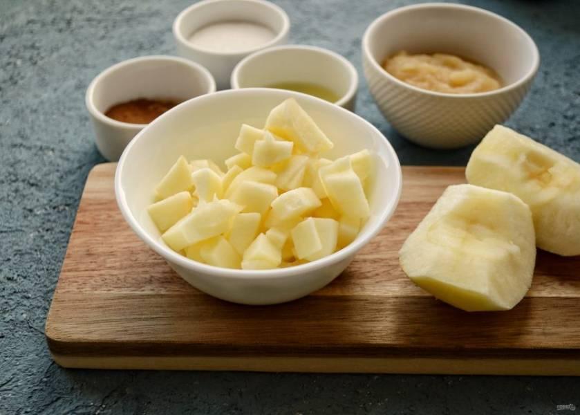 Очистите яблоко от кожуры, нарежьте его на мелкие кубики.