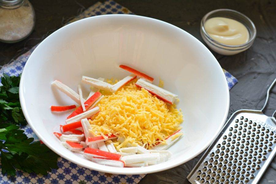 Натрите твердый сыр на мелкой терке и соедините с палочками.