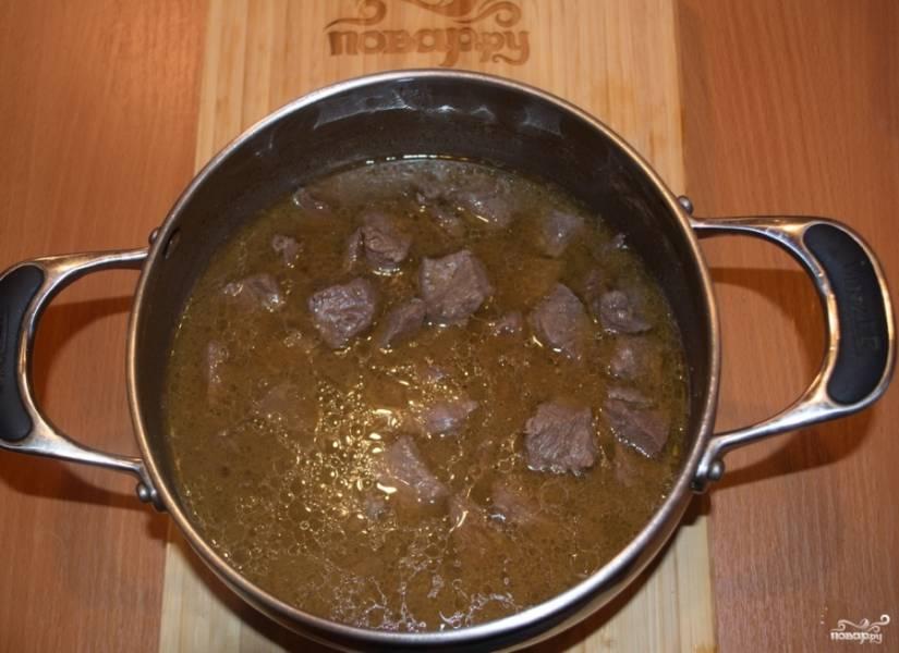 В широком сотейнике или казане обжариваем мясо на растительном масле. После обжарки вливаем в кастрюлю кипяток и тушим на небольшом огне 30 минут.