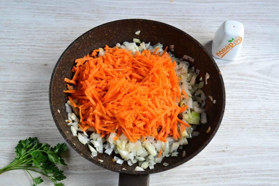 Когда лук станет прозрачным, добавьте натертую на крупной терке морковку. Перемешайте и жарьте до мягкости моркови и лука.