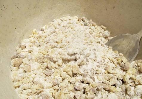 Теперь можно заняться приготовлением начинки. Измельчаем орехи до состояния крошки, добавляем сахарную пудру и корицу, перемешиваем.