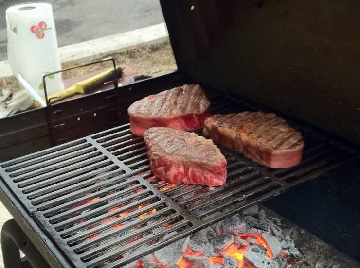 Степень прожарки лучше всего проверять надрезая кусок ножом. Заканчивать прожарку необходимо тогда, когда мясо внутри ещё красное.