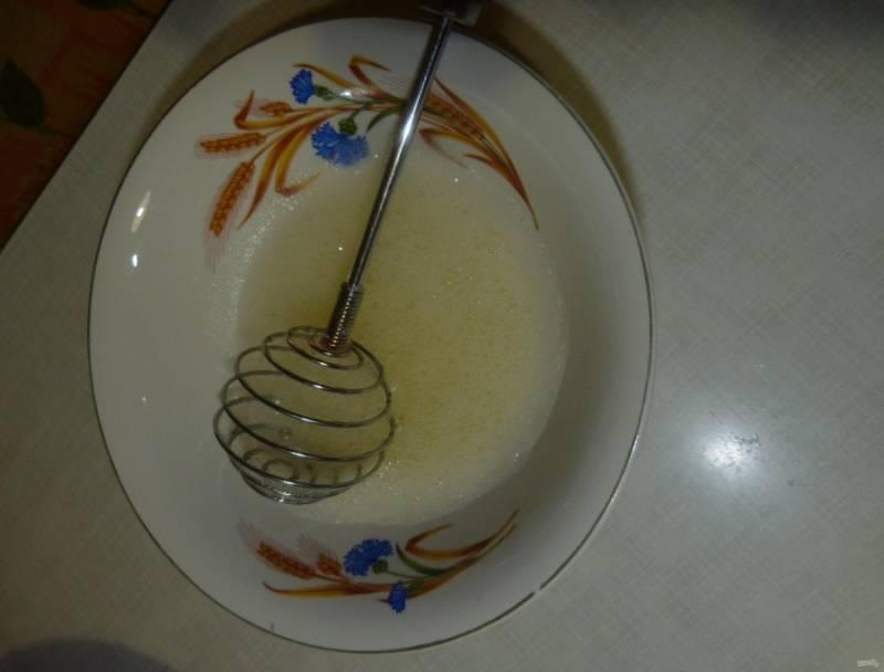 2.В отдельной миске взбиваю белки до появления пышной пены, а затем аккуратно ввожу их в творожную массу.