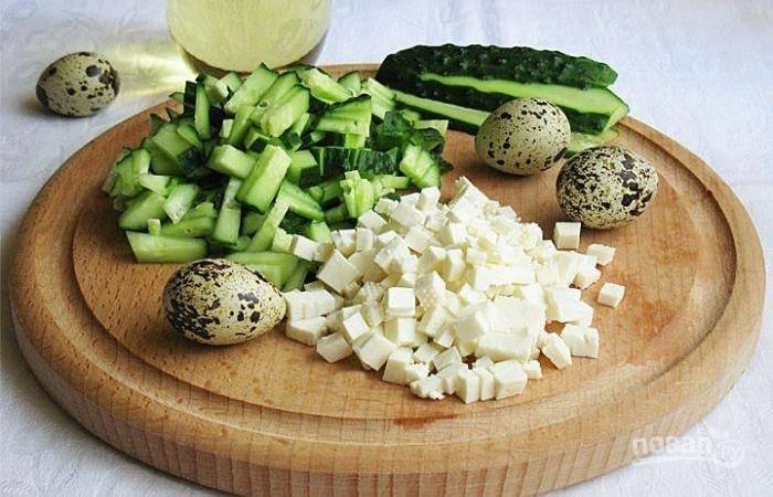 Нарежьте небольшими кубиками огурцы, 6 яиц и сыр.