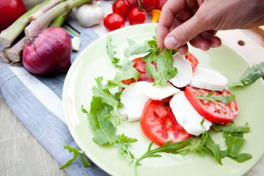 Моцареллу и помидоры нарежьте кружочками и выложите на тарелку по очереди.