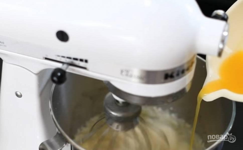 6.Взбейте творожную массу. Добавьте сахар, растопленный белый шоколад, апельсиновый сок с желатином.