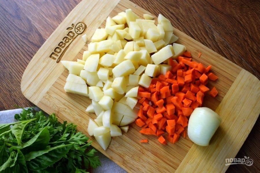 Картофель можно оставить целым, но я нарезала его удобными кубиками. Морковь нарежьте мелкими кубиками, луковицу оставьте целой (ее потом можно вынуть из готового бульона). Добавьте овощи в бульон, варите на медленном огне до готовности. Добавьте соль, перец по вкусу, измельченную зелень. Снимите с огня, дайте настояться пару минут.