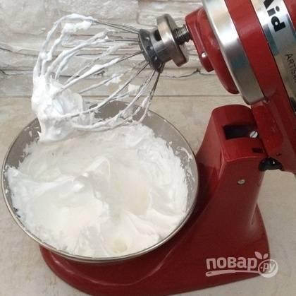 Затем постепенно к пикам всыпьте сахар. Взбивайте до блестящей пены.