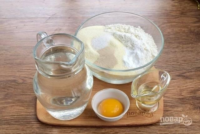 Подготовьте необходимые продукты для теста. Сухие ингредиенты смешайте.
