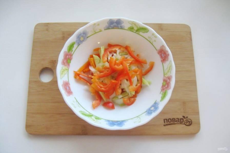 Болгарский перец очистите, помойте, нарежьте соломкой и выложите в салат.