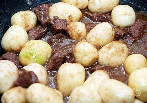 4. Выложите очищенный картофель, дополнительно подсолите при необходимости и оставьте тушиться еще на 20-25 минут. За 2 минуты до готовности добавьте измельченный укроп.  Приятного аппетита!