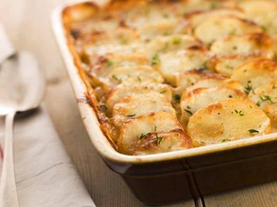 4. Запекать блюдо нужно около часа при 180 градусах (в духовке). Ориентируйтесь на готовность овощей: возможно, вам понадобится и меньше времени!