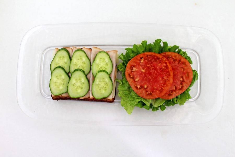 Затем на ветчину уложите огурец, а на салат — помидоры.