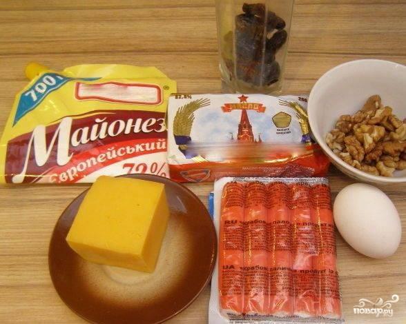 Приготовьте все ингредиенты. В первую очередь поставьте яйца вариться.