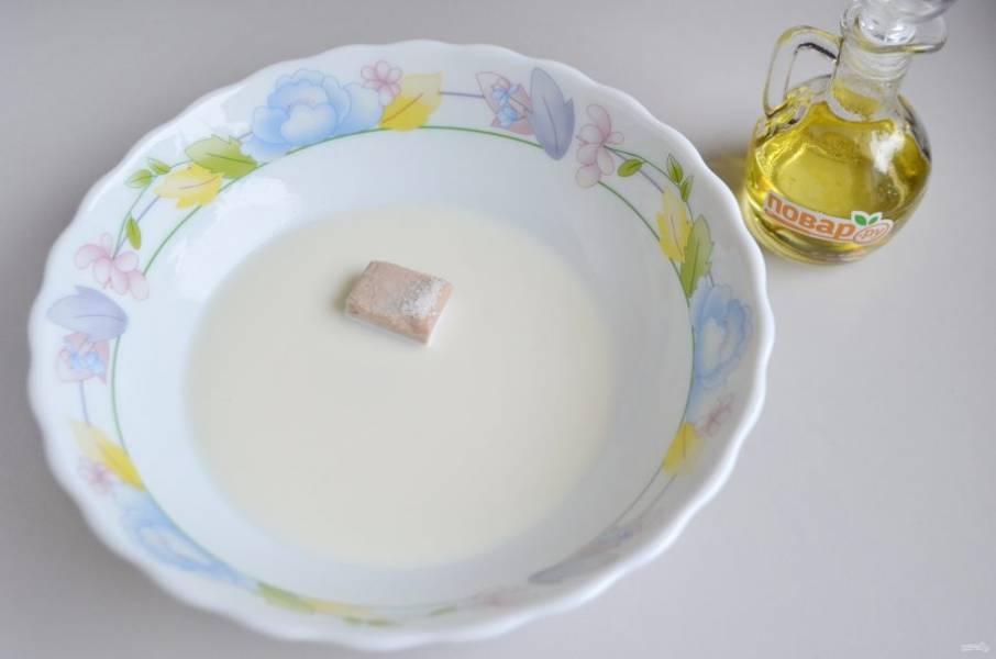2. Сначала приготовьте тесто. Для этого в теплом молоке растворите сахар, соль и свежие прессованные дрожжи.