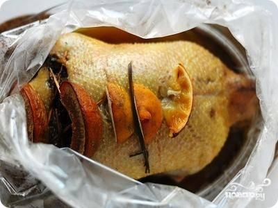 За тридцать минут до приготовления утки следует разрезать рукав. Это нужно для того, чтобы получилась золотистая поджаристая корочка.