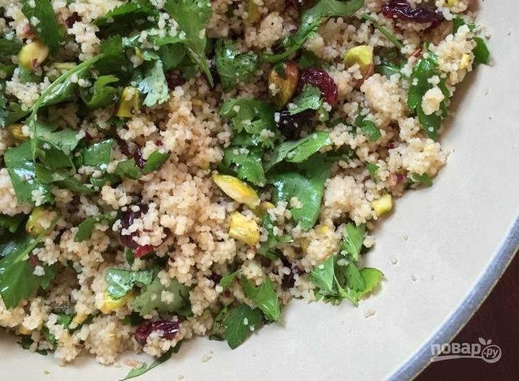 4.Добавьте все ингредиенты в готовый кускус и перемешайте. Подавайте салат к столу.