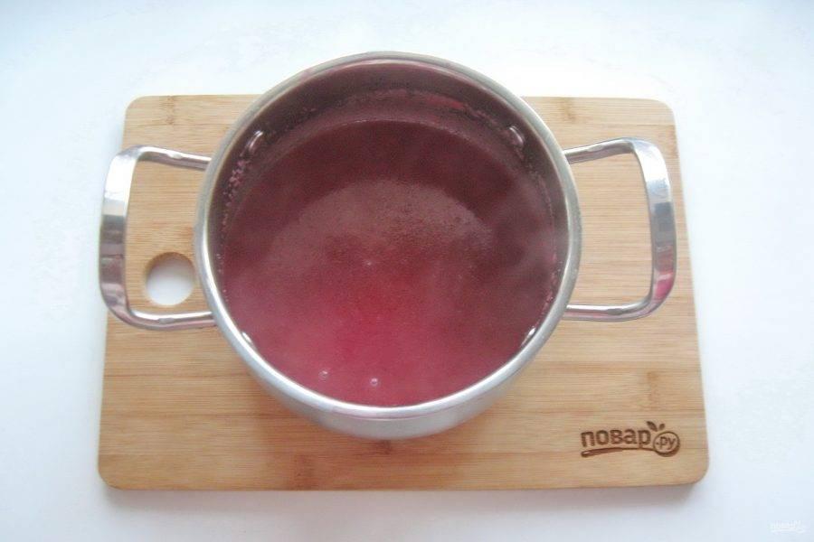 Варите манную кашу до загустения 5-7 минут, постоянно перемешивая. В конце добавьте ванильный сахар или ваниль.