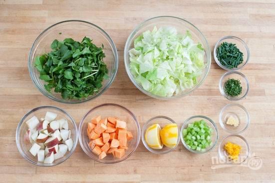 1.Яблоки и сладкий картофель нарезаю кубиками. Салат измельчаю крупными кусочками, мелко нарезаю эстрагон и лук-шнитт, очищаю и мелко нарезаю чеснок, стебель сельдерея. Натираю цедру и разрезаю лимон пополам.