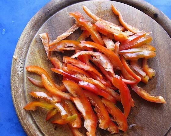 Сладкий перец порежьте длинной соломкой.